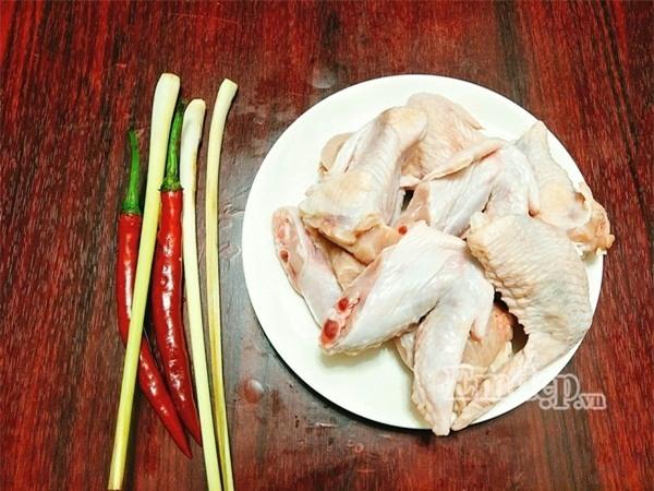 Món ngon ngày mới: Cánh gà chiên xào sả ớt