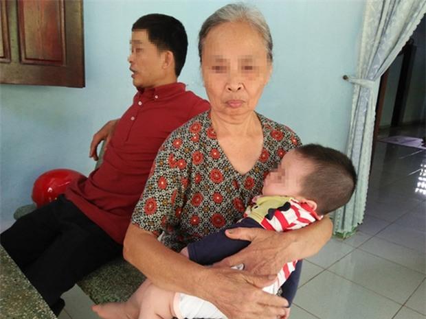 Bé trai 10 tháng tuổi bị bỏ rơi trong lô cao su - Ảnh 2.