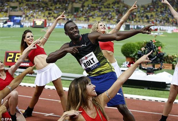 Tia chớp Usain Bolt ăn mừng với dàn nữ cổ vũ xinh đẹp - Ảnh 2.