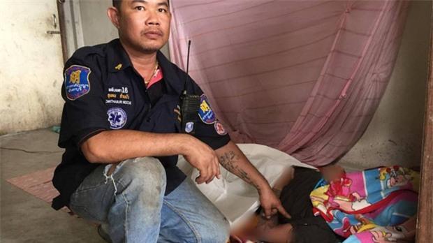 Nghe nhạc từ Ipad đang sạc pin trong khi ngủ, chàng trai Lào xấu số tử vong tại chỗ - Ảnh 2.