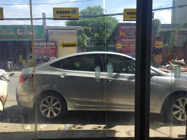Mở cừa ra ngoài, chủ nhà bức xúc khi thấy hành động thiếu ý thức của tài xế ô tô  - Ảnh 1.
