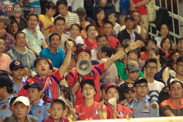 Khán giả chen lấn, đội mưa xem Công Phượng xé lưới U22 Hàn Quốc - Ảnh 12.
