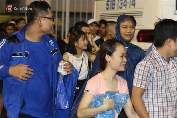 Khán giả chen lấn, đội mưa xem Công Phượng xé lưới U22 Hàn Quốc - Ảnh 3.