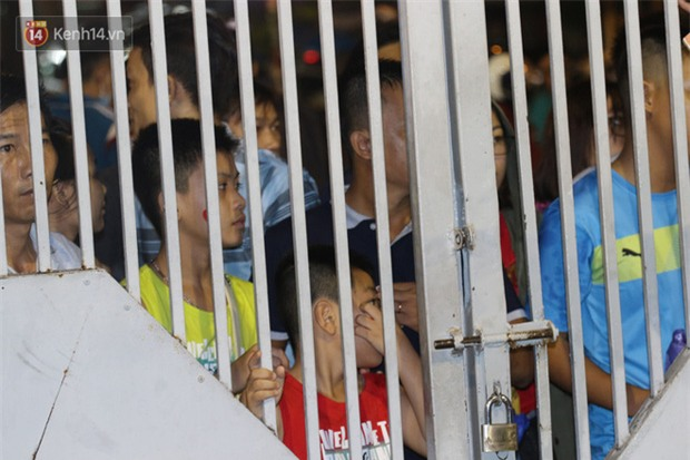 Khán giả chen lấn, đội mưa xem Công Phượng xé lưới U22 Hàn Quốc - Ảnh 5.