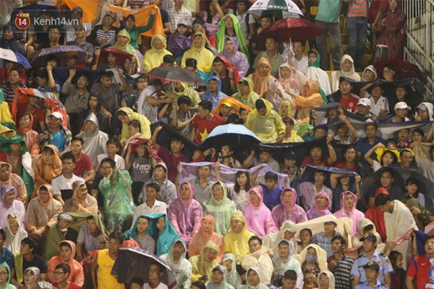 Khán giả chen lấn, đội mưa xem Công Phượng xé lưới U22 Hàn Quốc - Ảnh 6.