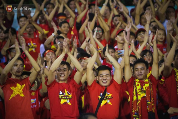 Khán giả chen lấn, đội mưa xem Công Phượng xé lưới U22 Hàn Quốc - Ảnh 7.