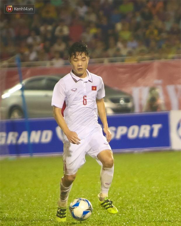 Khán giả chen lấn, đội mưa xem Công Phượng xé lưới U22 Hàn Quốc - Ảnh 8.