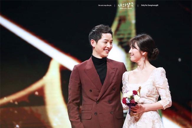 Song Joong Ki bi chi trich dung chuyen ket hon quang ba phim moi hinh anh 1