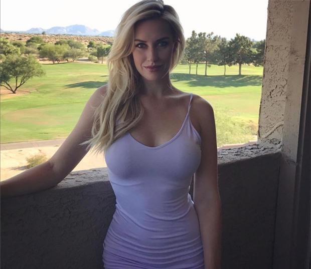Nữ golfer mặc áo khoét cổ gợi cảm để phản đối luật mới - Ảnh 2.