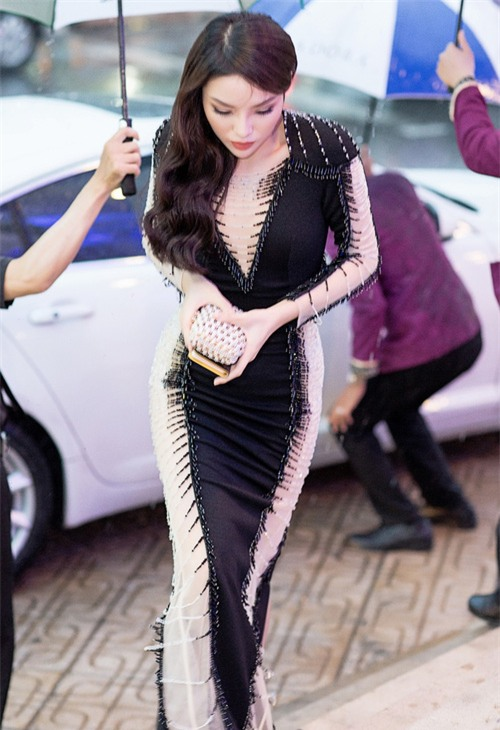 Hoa hậu Kỳ Duyên diện váy ôm sát gợi cảm, đội mưa tới sự kiện - Ảnh 2.