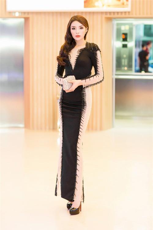 Hoa hậu Kỳ Duyên diện váy ôm sát gợi cảm, đội mưa tới sự kiện - Ảnh 3.