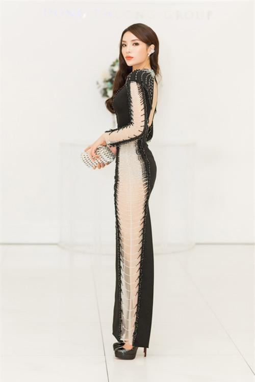 Hoa hậu Kỳ Duyên diện váy ôm sát gợi cảm, đội mưa tới sự kiện - Ảnh 7.