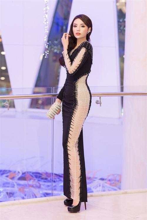 Hoa hậu Kỳ Duyên diện váy ôm sát gợi cảm, đội mưa tới sự kiện - Ảnh 8.