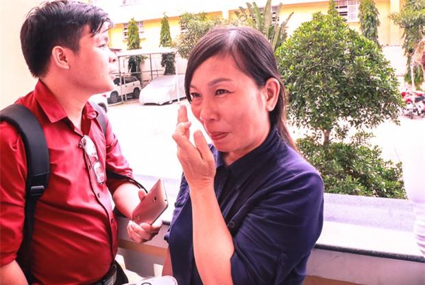 """Mẹ nữ sinh bị tạt axit ở Sài Gòn bật khóc: """"Quyên làm con tôi ra nông nỗi này mà còn chối tội"""" - Ảnh 2."""