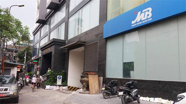 Hà Nội: Cảnh sát xác định nam ca sĩ nhảy từ tầng 10 tự tử do nợ nần tiền bạc - Ảnh 2.