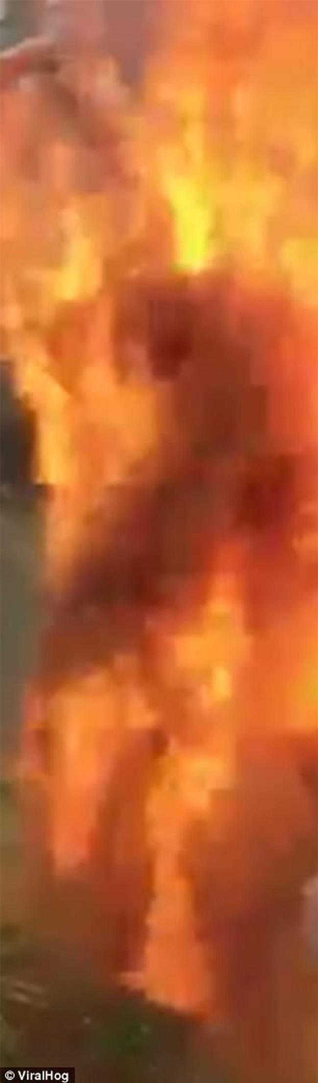 Bị bạn bè trói và ném gia vị vào người, chàng trai trẻ bất ngờ bốc hỏa rồi ngã vật xuống đất - Ảnh 3.