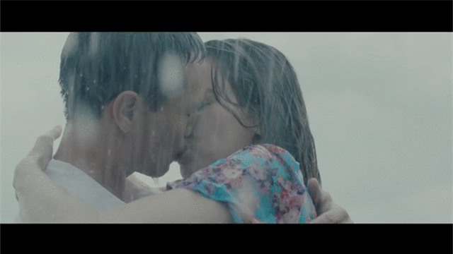 Nín thở với loạt nụ hôn, cảnh nóng của Hồ Ngọc Hà và Kim Lý trong MV Cả một trời thương nhớ - Ảnh 1.