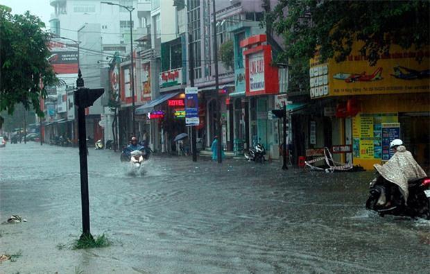Bão số 4 gây mưa lớn, nhiều tuyến đường ở Huế ngập trong biển nước - Ảnh 1.