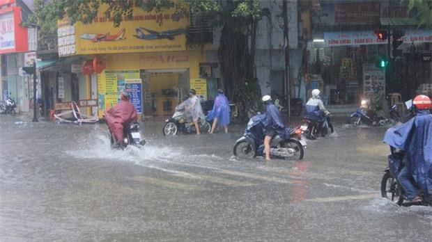 Bão số 4 gây mưa lớn, nhiều tuyến đường ở Huế ngập trong biển nước - Ảnh 2.