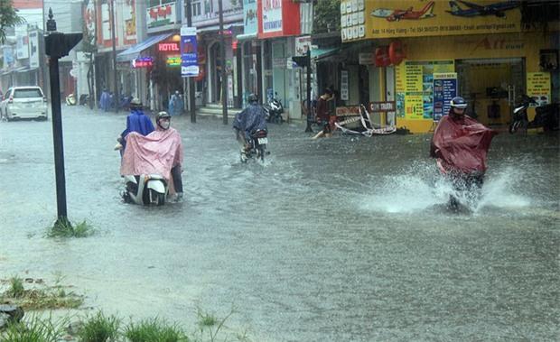 Bão số 4 gây mưa lớn, nhiều tuyến đường ở Huế ngập trong biển nước - Ảnh 3.