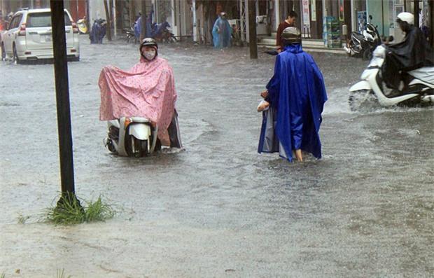 Bão số 4 gây mưa lớn, nhiều tuyến đường ở Huế ngập trong biển nước - Ảnh 4.