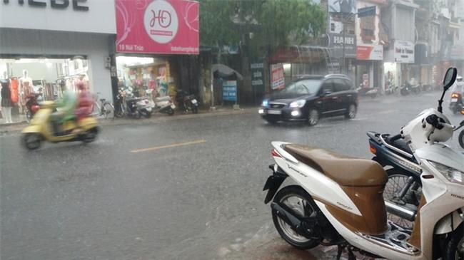 Hà Nội: Trời bỗng tối sầm, mưa như trút nước khiến nhiều tuyến phố ngập úng - Ảnh 3.