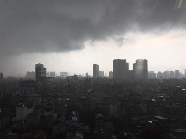 Hà Nội: Trời bỗng tối sầm, mưa như trút nước khiến nhiều tuyến phố ngập úng - Ảnh 5.