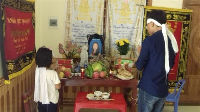 Hai đứa con còn thơ dại của vợ chồng chị Nguyễn Thị Vân, anh Nguyễn Hữu Lâm, chịu tang bên bàn thờ mẹ. Ảnh: Ngọc hưng