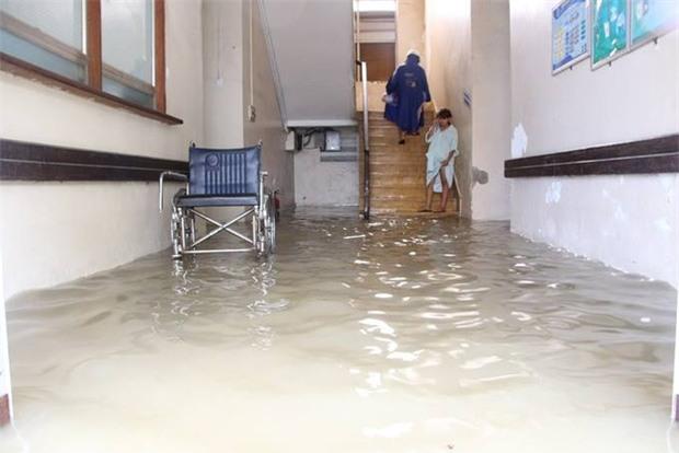 Clip: Người dân đổ xô ra đoạn đường ngập để bắt cá giữa tâm bão số 4 - Ảnh 7.