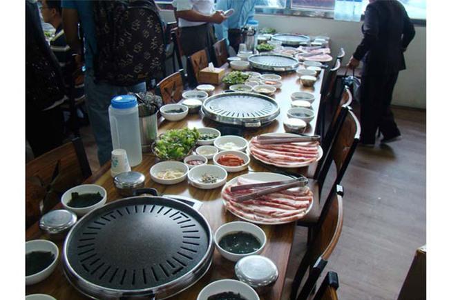 Bị cho là không nết na, sự thật đằng sau văn hóa ăn uống của người Hàn Quốc khiến nhiều người bất ngờ - Ảnh 3.