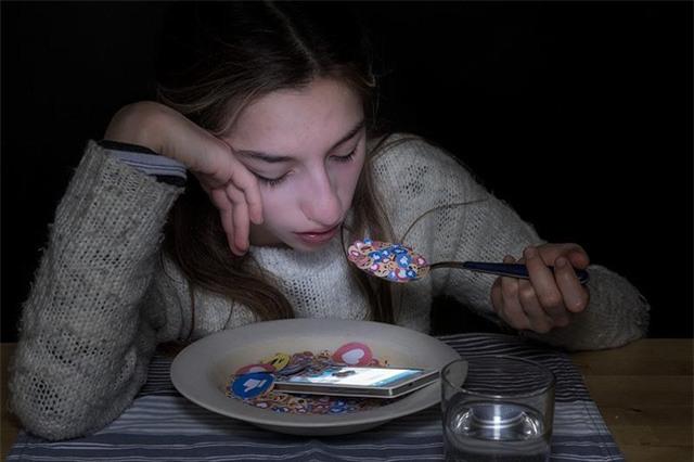 Smartphone xuất hiện trong giấc ngủ, xuất hiện trong bữa ăn của tất cả chúng ta.