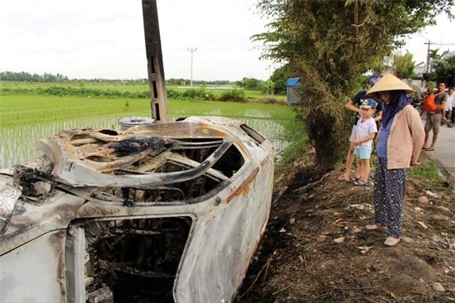 Chiếc xe ô tô tiền tỷ của anh Hải bị đốt cháy hoàn toàn. Ảnh: Đ.Tuỳ