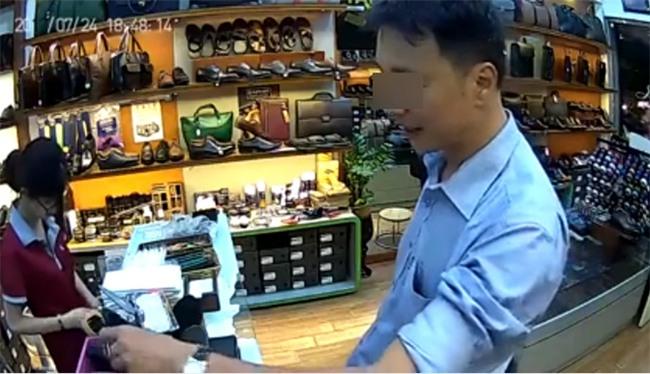 Người đàn ông thản nhiên ăn trộm 3 chiếc ví trước mặt nhân viên bán hàng nhưng không hề bị phát hiện - Ảnh 3.