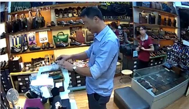 Người đàn ông thản nhiên ăn trộm 3 chiếc ví trước mặt nhân viên bán hàng nhưng không hề bị phát hiện - Ảnh 4.