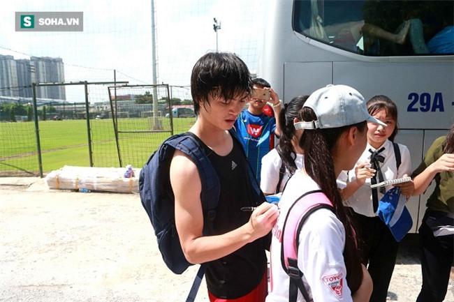 Nhóm fan nữ đi hàng chục km săn đón Công Phượng, Tuấn Anh, Xuân Trường - Ảnh 8.