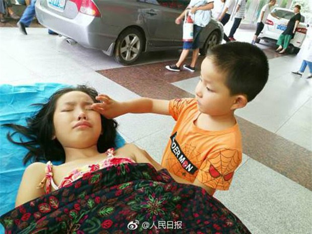 Một mình đưa chị gái vào bệnh viện, cậu bé 7 tuổi đã nói một câu khiến nhiều người rơi nước mắt - Ảnh 1.