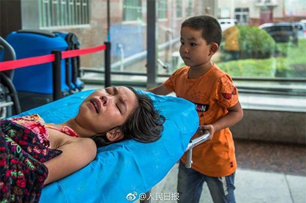 Một mình đưa chị gái vào bệnh viện, cậu bé 7 tuổi đã nói một câu khiến nhiều người rơi nước mắt - Ảnh 3.