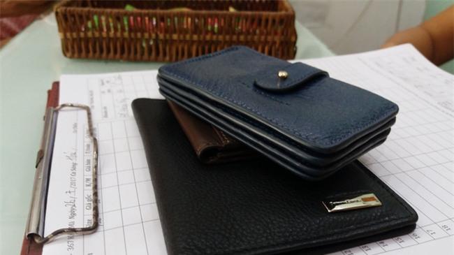Người đàn ông trộm 3 chiếc ví cùng mẹ đến cửa hàng xin lỗi, mẹ cho biết tâm thần không ổn định - Ảnh 4.