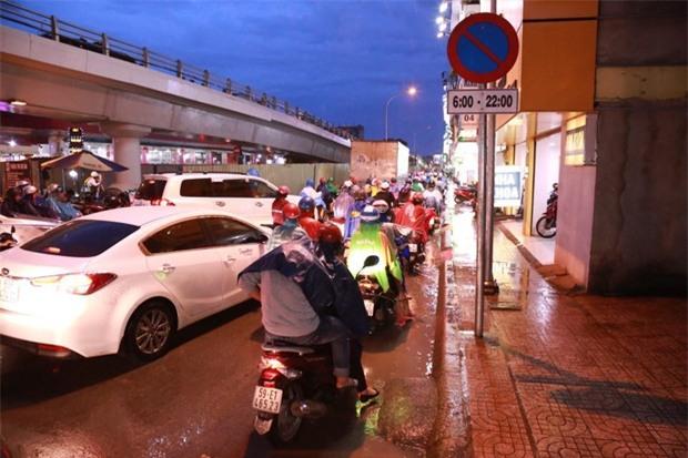 Hy hữu: Hai nữ du khách nước ngoài bị trộm mất xe máy sau tai nạn giao thông ở Sài Gòn - Ảnh 2.