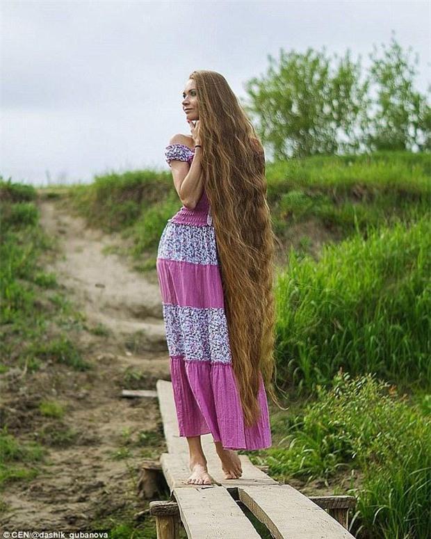Nhận lời thách thức từ một người bạn, cô gái xinh đẹp quyết tâm không cắt tóc trong suốt 14 năm - Ảnh 1.