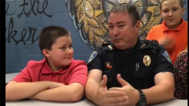 Nhận cậu bé 8 tuổi bị bạo hành làm con nuôi, viên cảnh sát không ngờ gia đình mình giờ đây lại như vậy - Ảnh 1.