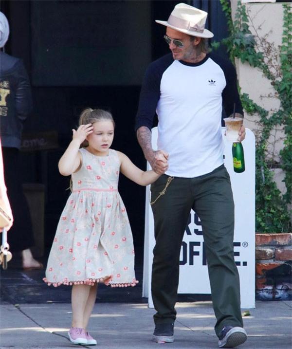 Harper điệu đà níu tay bố David Beckham khi đi trên đường - Ảnh 1.
