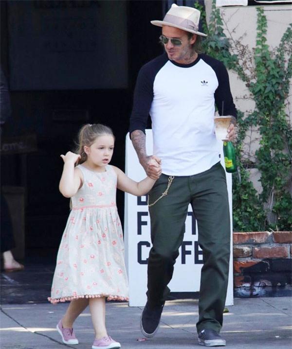 Harper điệu đà níu tay bố David Beckham khi đi trên đường - Ảnh 2.