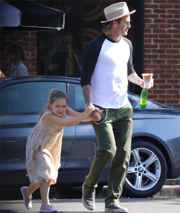 Harper điệu đà níu tay bố David Beckham khi đi trên đường - Ảnh 3.