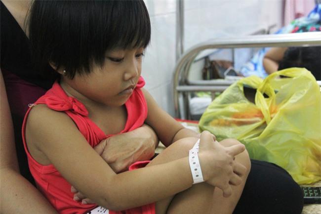 Mong ước của bé gái 5 tuổi mắc bệnh ung thư xương: Con nhớ mẹ lắm, mẹ ở đâu mau về với con - Ảnh 2.