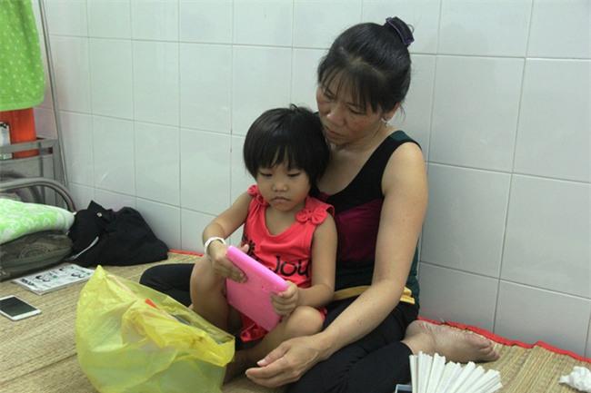 Mong ước của bé gái 5 tuổi mắc bệnh ung thư xương: Con nhớ mẹ lắm, mẹ ở đâu mau về với con - Ảnh 3.