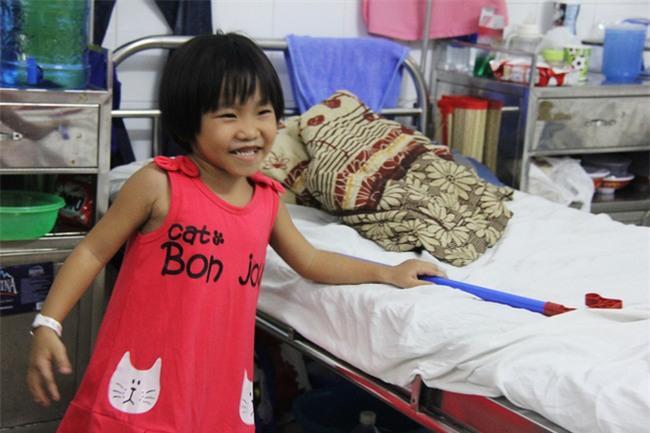 Mong ước của bé gái 5 tuổi mắc bệnh ung thư xương: Con nhớ mẹ lắm, mẹ ở đâu mau về với con - Ảnh 12.
