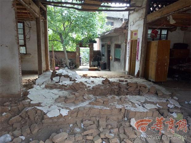 Hàng xóm phá tường nhà cũ, cô bé 5 tuổi bị chôn sống dưới lớp gạch đá mà không ai hay biết - Ảnh 3.