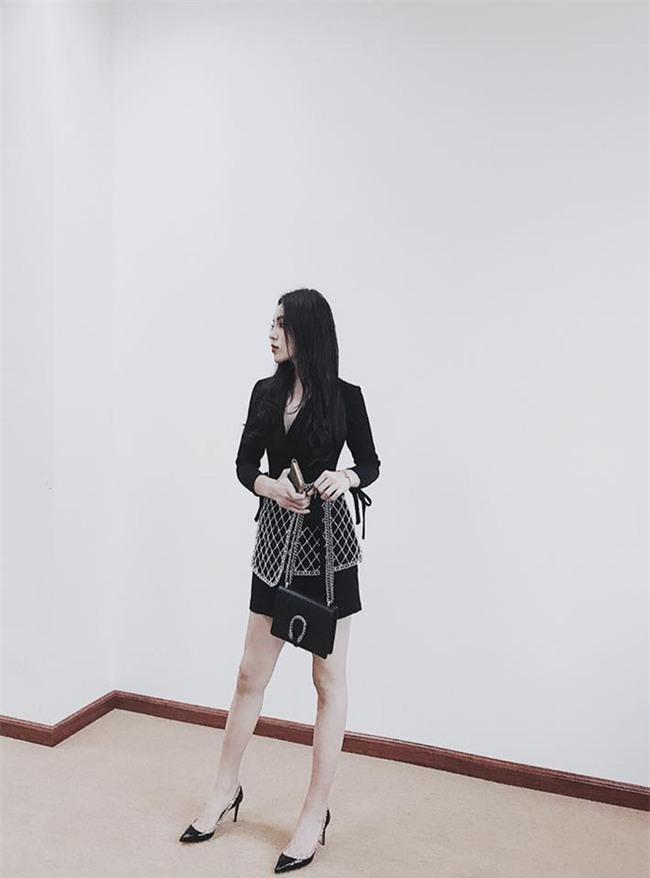 Street style sao Việt tuần này: Ấn tượng nhất là màn đọ chân thon dài siêu nuột của Ngọc Trinh và Kỳ Duyên - Ảnh 1.