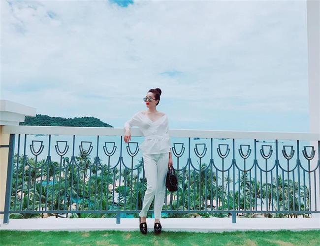 Street style sao Việt tuần này: Ấn tượng nhất là màn đọ chân thon dài siêu nuột của Ngọc Trinh và Kỳ Duyên - Ảnh 14.
